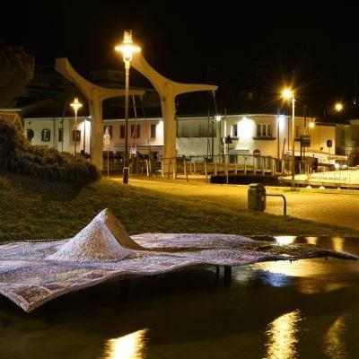 "Brunnen ""Il Tappeto Sospeso"" - Schwebender Teppich"