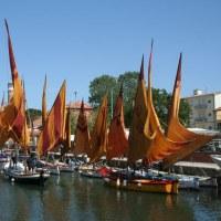 Segeln im Morgengrauen auf einem historischen Boot