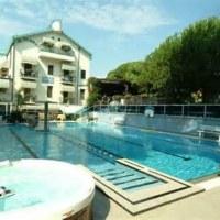 Swimmingpool at Hotel Flora