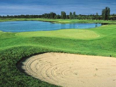 Golf, buca e laghetto