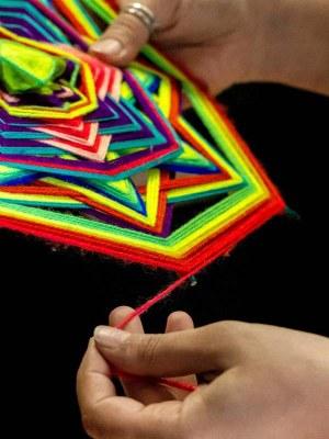 Ric-amati, lavoro con fili di lana colorata