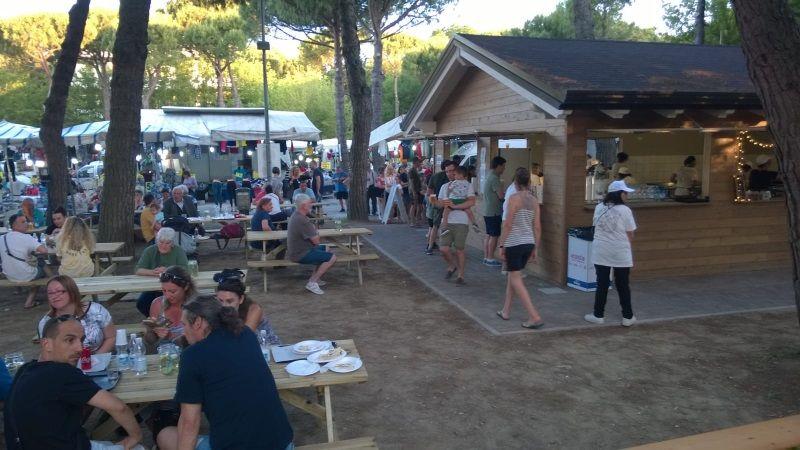 Birra & Salsiccia, parco con tavoli e casina