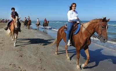 Equitazione, cavalli al mare