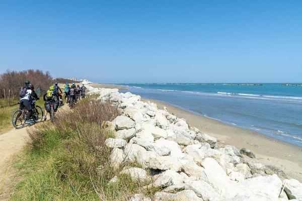 Bike experience, emozioni a 360°, ciclisti al mare - Ph. Andrea Bonavita