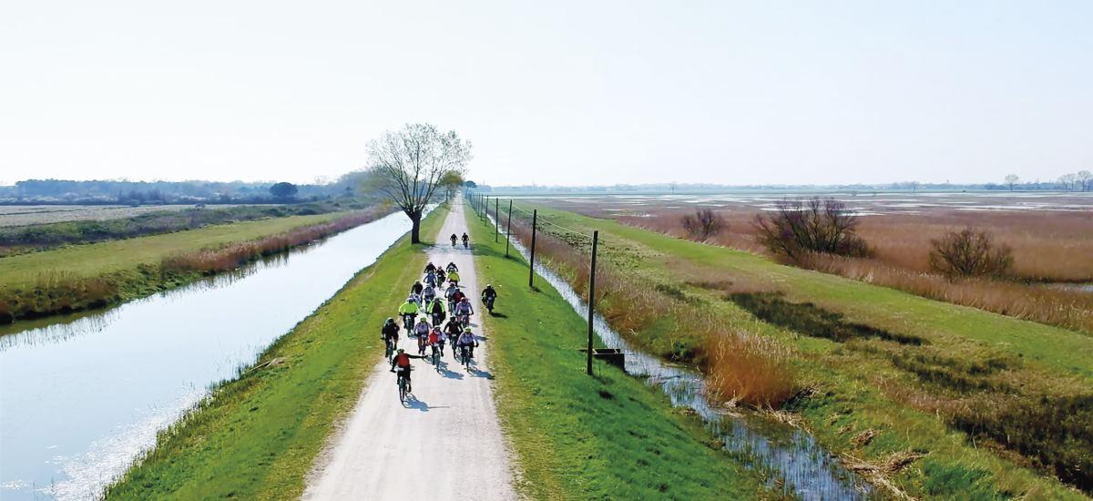 Ciclisti in campagna