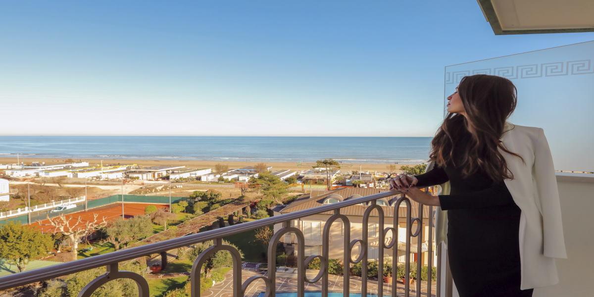 Icona di stile tra bellezza e benessere, balcone vista sul mare - Ph. Manuela Guarnieri