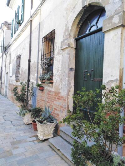 Il borgo antico racconta, portone di una casa del borgo