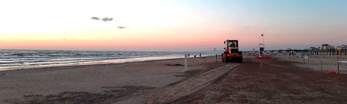 Pulizia spiaggia, trattore