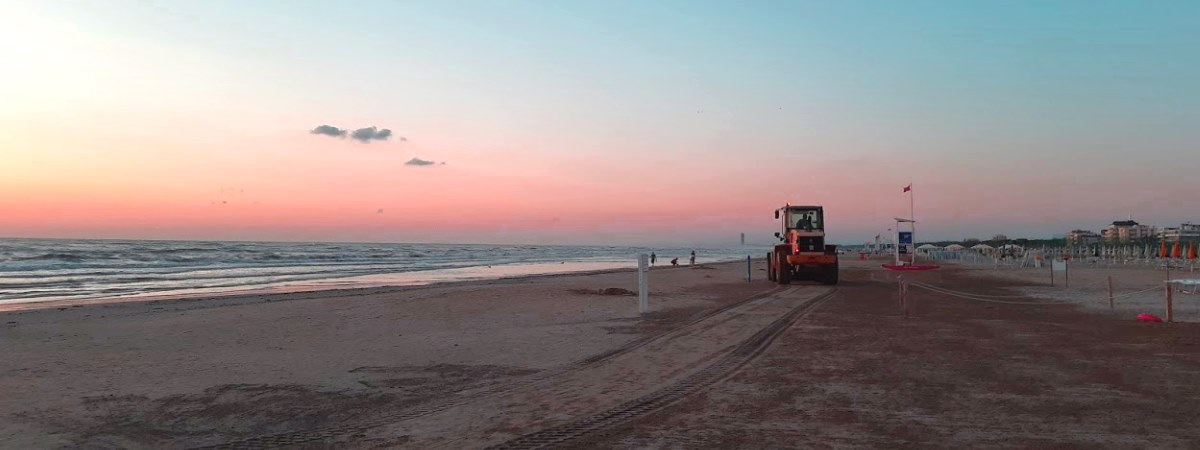 Trattore in spiaggia, pulizia