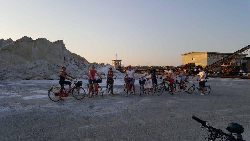 In bicicletta in salina, montagna di sale