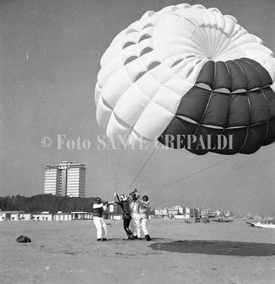 Rudy Neumann al paracadute per la traversata Trieste-Cervia - Ph. Sante Crepaldi