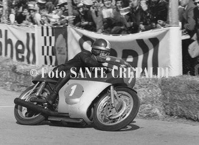 Giacomo Agostini in sella alla moto - Ph. Sante Crepaldi