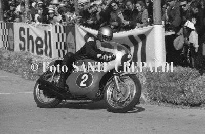 Renzo Pasolini in sella alla moto - Ph. Sante Crepaldi