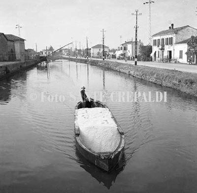 Passaggio della burchiella nel porto canale - Ph. Sante Crepaldi