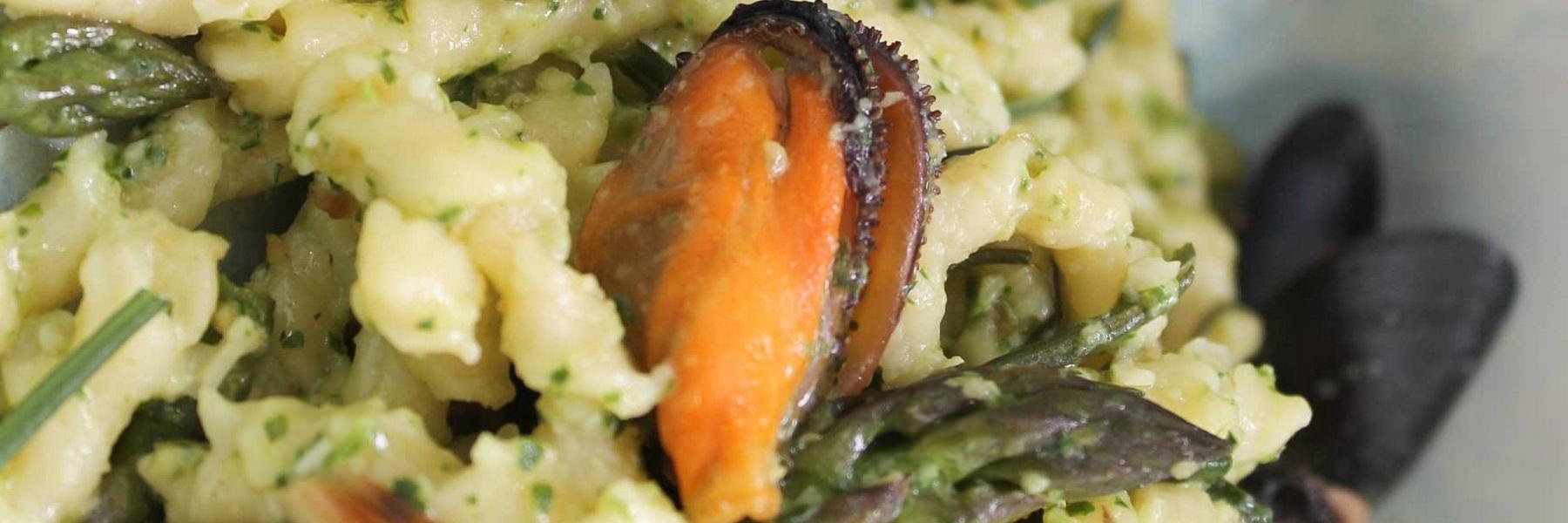 Pasta con pesto agli stridoli, sugo primavera e cozze di Cervia