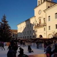 Pattinaggio su ghiaccio nel centro storico di Cervia