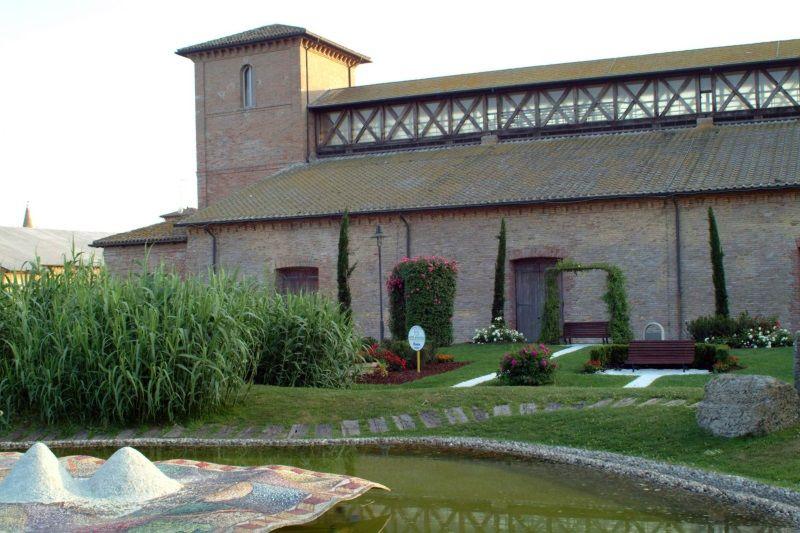 Magazzino del Sale Darsena, esterno con giardino e fontana