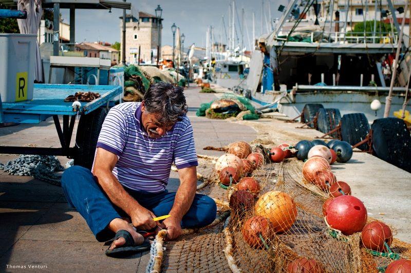 Serate coi pescatori - riparazione rete da pesca - 800opt80 - foto Thomas Venturi